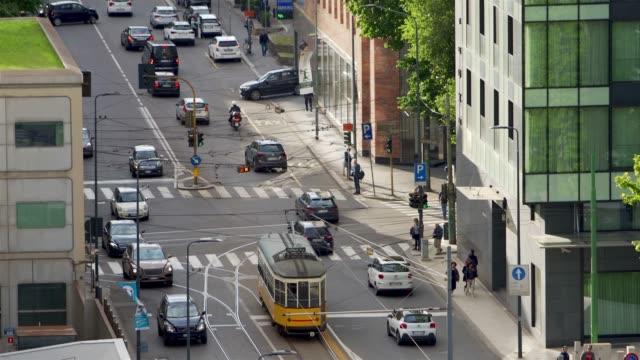 milano, italia: traffico urbano - time lapse del traffico video stock e b–roll