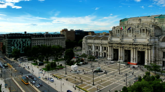 milan, italy milano centrale railway station - piazza video stock e b–roll