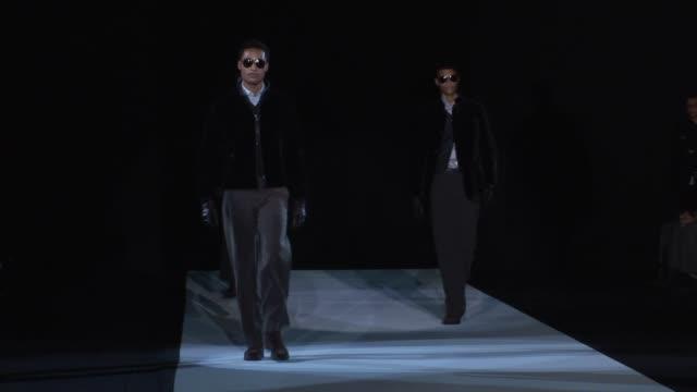 vídeos de stock, filmes e b-roll de milan men's fashion giorgio armani atmosphere catwalk at milan - giorgio armani marca de moda