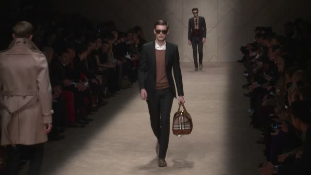 vidéos et rushes de milan men's fashion week a/w13 burberry prorsum on january 12 2013 in milan italy - burberry