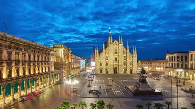 4k: milan piazza del duomo und duomo di milano, italien, sonnenaufgang bis sonnenaufgang zeitraffer - städtischer platz stock-videos und b-roll-filmmaterial