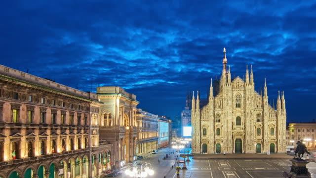 4 k: ミラノのドゥオーモ広場とミラノのドゥオーモ、イタリア、日の出時間の経過への夜明け - 大聖堂点の映像素材/bロール