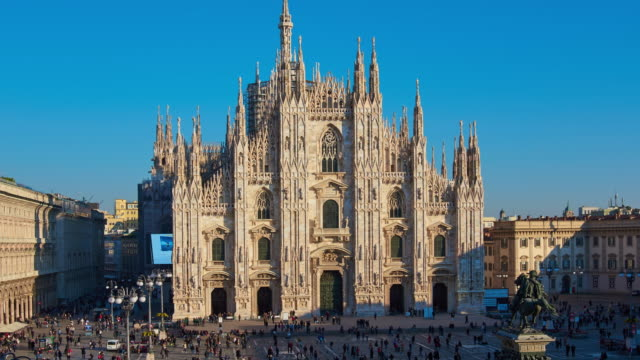 4k: milan piazza del duomo and duomo di milano, italy, time lapse - largo descrizione generale video stock e b–roll