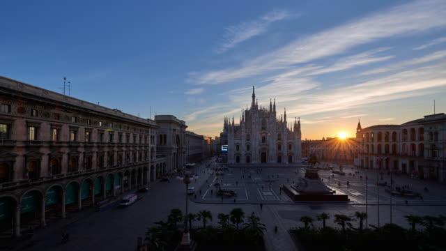4k: milan piazza del duomo at dawn to day time lapse, milan, italy - aurora video stock e b–roll