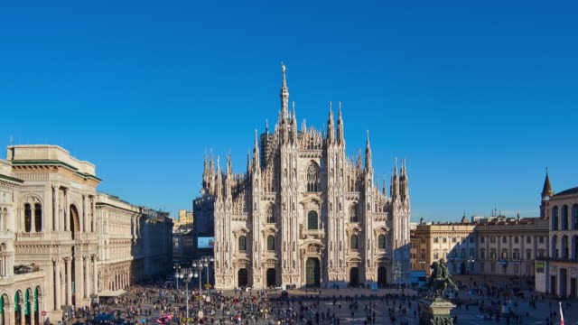 4k: milan piazza del duomo at sunny day, italy - cattedrale video stock e b–roll