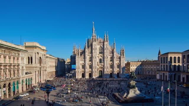 4 k: 晴れた日に、イタリアのミラノ ピアッツァ デル ドゥオーモ - 大聖堂点の映像素材/bロール