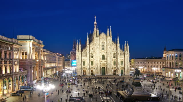4k: mailänder piazza del duomo bei sunset to night time lapse, mailand, italien - kathedrale stock-videos und b-roll-filmmaterial
