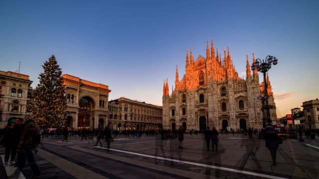 vidéos et rushes de milan piazza del duomo from sunset to night with christmas tree - italian culture