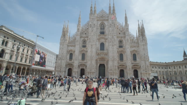 milano il duomo square full of tourists. steady cam dolly shot - establishing shot点の映像素材/bロール