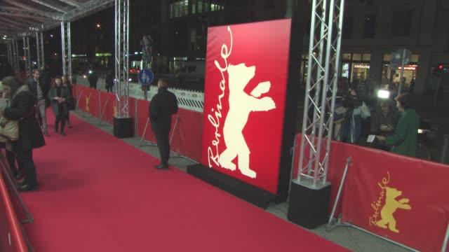 stockvideo's en b-roll-footage met atmosphere 'miles ahead' red carpet 66th berlin international film festival at friedrichstadtpalast on february 18 2016 in berlin germany - internationaal filmfestival van berlijn 2016