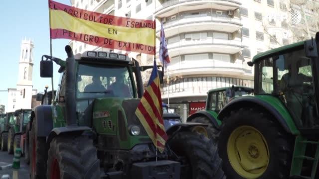 vídeos de stock e filmes b-roll de miles de agricultores volvieron a manifestarse el viernes en espana para exigir precios justos para sus productos bloqueando incluso con sus... - exigir