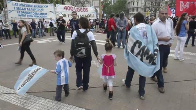 Miles de argentinos demostraron su apoyo a una convalenciente Cristina Kirchner frente a la Casa Rosada en la misma jornada que se celebra el Dia de...
