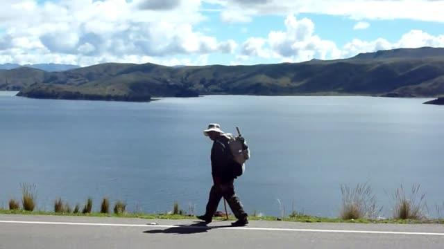 vídeos y material grabado en eventos de stock de miles de bolivianos iniciaron este jueves una peregrinacion a pie de casi 140 km desde las ciudades de la paz y el alto hacia el santuario religioso... - semana santa