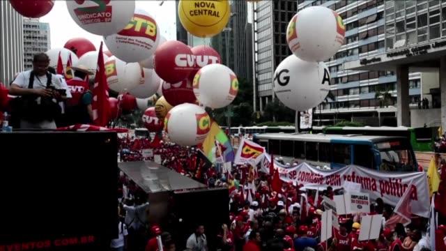 miles de brasilenos se manifestaron este viernes pacificamente en casi todos los estados de brasil en defensa de la democracia y de petrobras inmersa... - sindicatos stock videos & royalty-free footage