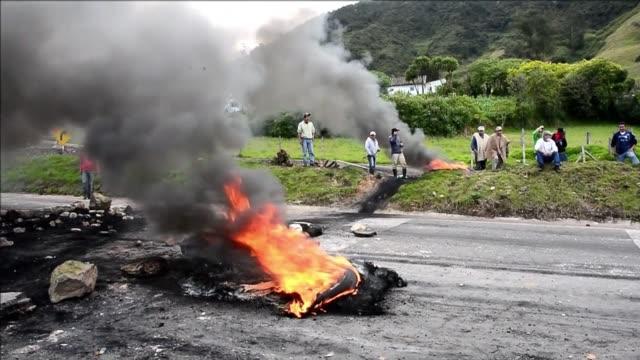 miles de campesinos mantenian bloqueadas este jueves unas 30 carreteras en colombia en su cuarto dia de protestas mientras que el parlamento intenta... - juan manuel santos stock videos & royalty-free footage