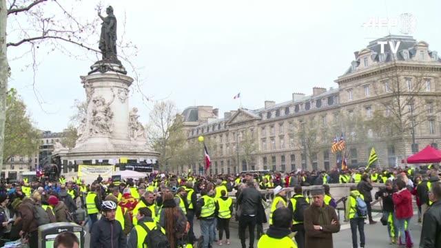 vídeos y material grabado en eventos de stock de miles de chalecos amarillos se manifestaron por 21° sábado consecutivo en francia sin registrar incidentes importantes dias antes de que el gobierno... - política y gobierno