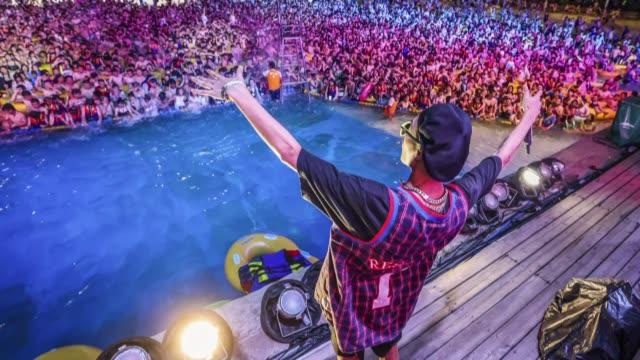 miles de chinos hicieron caso omiso al coronavirus y participaron el fin de semana en una macrofiesta de música tecno en un parque acuático en wuhan... - música stock videos & royalty-free footage