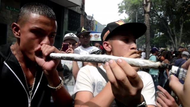 Miles de colombianos se manifestaron este sabado en Medellin en la Septima Marcha Mundial de la Marihuana a favor de la legalizacion y el auto...