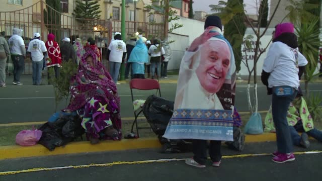 miles de creyentes pasaron la noche en las frias calles de ecatepec donde el papa francisco celebra este domingo una misa masiva al aire libre - aire libre stock-videos und b-roll-filmmaterial