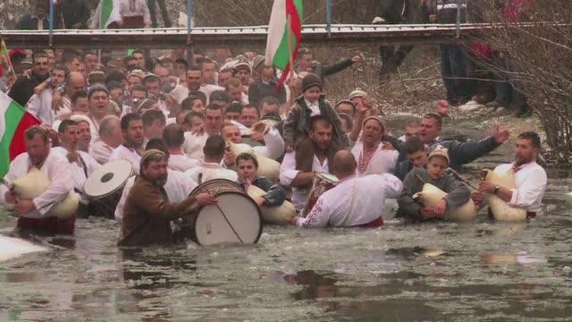 miles de cristianos ortodoxos bulgaros se sumergen cada 6 de enero en las gelidas aguas de los rios del pais durante un ritual que desde hace 100... - hielo stock videos & royalty-free footage