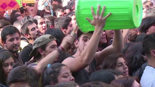 Miles de estudiantes chilenos marchan desconfiados de reforma educativa de Bachelet