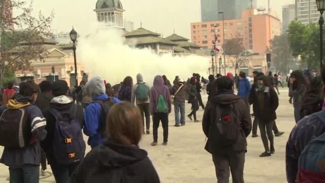 miles de estudiantes chilenos se manifestaron el jueves en santiago para exigir una reforma que garantice la educacion gratuita para todos en lugar... - congreso stock videos and b-roll footage