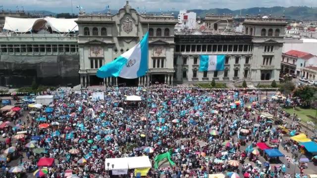 vídeos de stock e filmes b-roll de miles de estudiantes universitarios y activistas sociales marcharon el jueves en la capital de guatemala para exigir la renuncia del presidente jimmy... - exigir