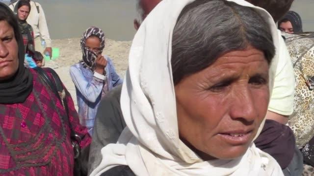 vídeos de stock, filmes e b-roll de miles de familias desplazadas iraquies de la comunidad yazidi tratan de cruzar la frontera entre irak y siria huyendo de la avanzada yihadista en el... - irak