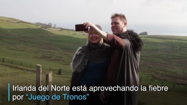 miles de fans de todo el mundo han empezado a visitar irlanda del norte donde fue filmada gran parte de la popular serie juego de tronos - liam cunningham stock videos & royalty-free footage