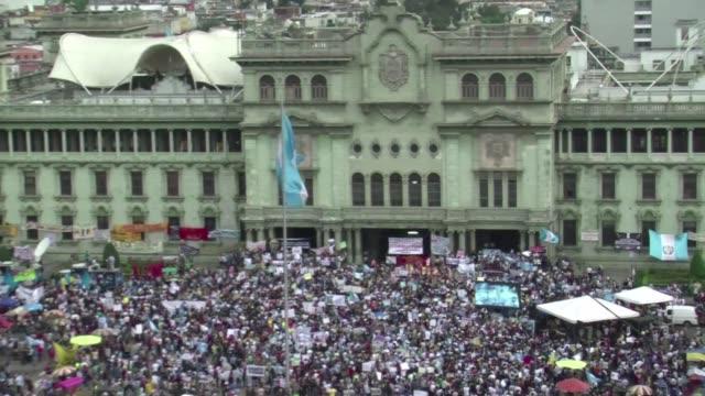 vídeos de stock e filmes b-roll de miles de guatemaltecos volvieron este sabado a exigir la renuncia del presidente otto perez por su presunta responsabilidad en escandalos de... - exigir