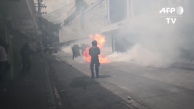 vídeos de stock e filmes b-roll de miles de hondurenos marcharon este martes para exigir la salida del presidente juan orlando hernandez quien fue senalado en un tribunal de nueva york... - exigir