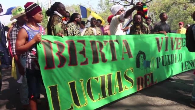 vídeos de stock e filmes b-roll de miles de indigenas y afrodescendientes hondurenos marcharon el jueves en la capital para exigir justicia por el asesinato de la ambientalista berta... - exigir