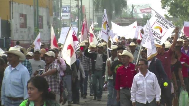 vídeos de stock e filmes b-roll de miles de indigenas y campesinos guatemaltecos marcharon este miercoles para exigir la renuncia del presidente otto perez cuyo gobierno se encuentra... - exigir