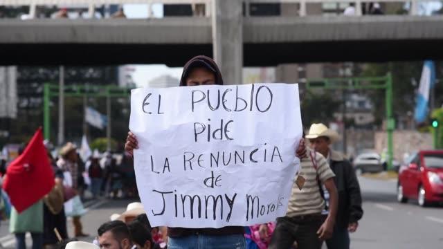 vídeos de stock e filmes b-roll de miles de indigenas y campesinos marcharon el martes en ciudad de guatemala para exigir la renuncia del presidente jimmy morales por su incapacidad... - exigir