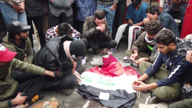 vídeos de stock, filmes e b-roll de miles de iraquies seguian movilizados el sábado contra el poder y su aliado irani pese a la muerte de 17 manifestantes a manos de un grupo armado en... - irak