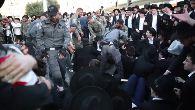 miles de judios ultraortodoxos bloquearon la entrada principal a jerusalen el lunes en una protesta contra el servicio militar obligatorio en israel... - entrada stock videos and b-roll footage
