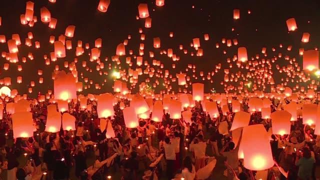 Miles de linternas de papel iluminan el cielo sobre la ciudad tailandesa de Chiang Mai por la celebracion del final de la temporada de lluvias y el...