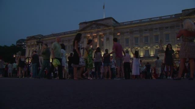 miles de londinenses y turistas celebraron este lunes frente al palacio de buckingham el nacimiento del bebe real voiced miles reciben al bebe real... - palacio de buckingham stock videos & royalty-free footage