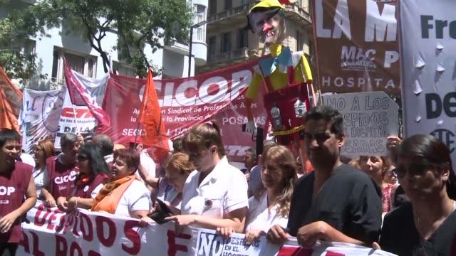 miles de manifestantes denunciaron el jueves en buenos aires lo que consideran una ola de despidos de la administracion publica - sindicatos stock videos & royalty-free footage