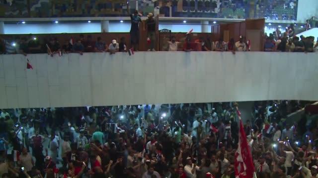 miles de manifestantes entraron a la fortificada zona verde y algunos de ellos irrumpieron en el parlamento iraqui despues de que los diputados... - multitud stock videos & royalty-free footage