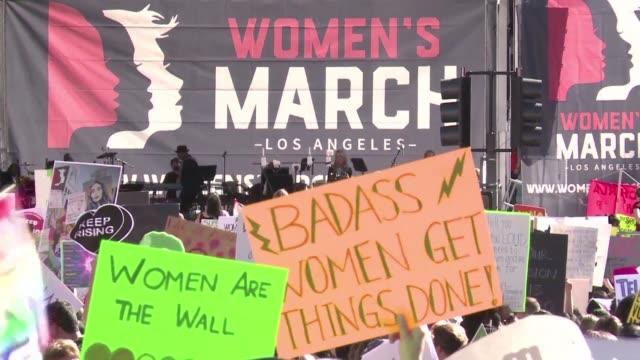 vídeos y material grabado en eventos de stock de miles de manifestantes marcharon el sabado en estados unidos en defensa de los derechos de las mujeres y contra el gobierno de donald trump aunque... - ee.uu