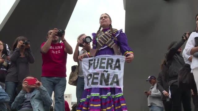 miles de manifestantes marcharon por reforma la principal avenida de la ciudad de mexico el jueves para pedir la renuncia del presidente enrique pena... - avenida stock videos & royalty-free footage