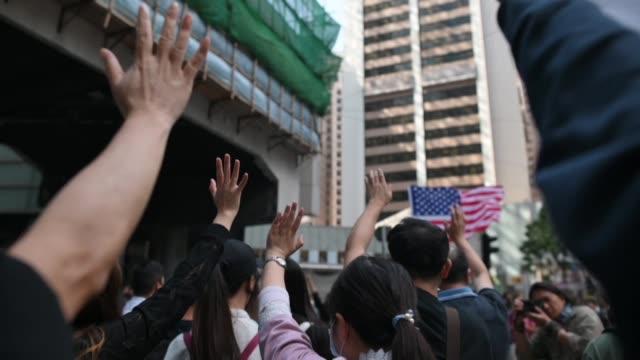 miles de manifestantes prodemocracia volvieron a salir el viernes a las calles de hong kong desafiando las advertencias del presidente chino xi... - día stock videos & royalty-free footage