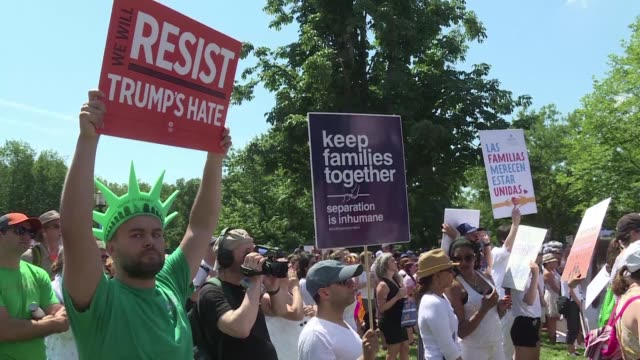 vídeos de stock, filmes e b-roll de miles de manifestantes protestaron el sabado en estados unidos en contra de la separacion de familias en la frontera que ha ocurrido por la política... - política