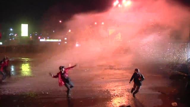 miles de manifestantes se enfrentaron con la policia en yakarta durante las protestas que se generaron frente al parlamento tras la aprobacion de un... - gasolina stock videos & royalty-free footage