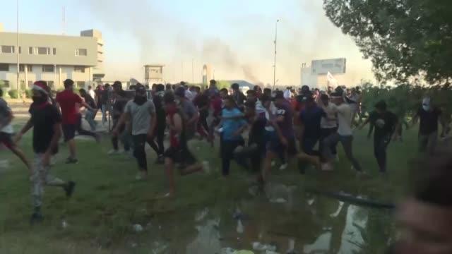 miles de manifestantes volvieron a las calles el sabado en irak para reclamar un cambio de gobierno acusado de corrupcion en el quinto dia de unas... - irak stock videos and b-roll footage