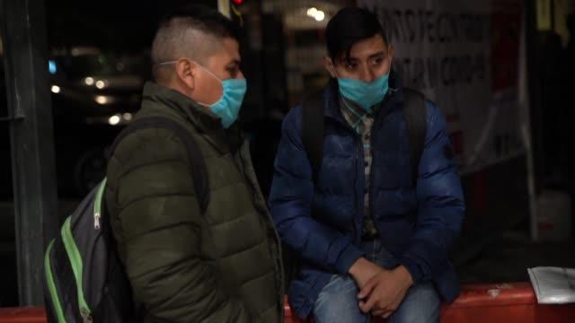 vídeos de stock e filmes b-roll de miles de migrantes atrapados en la frontera norte de méxico, hacinados en campamentos contemplan con angustia la propagación del covid-19 - américa latina