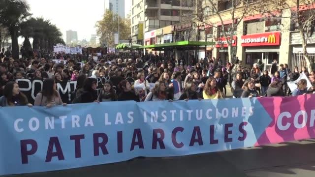 miles de mujeres chilenas han salido a las calles en los ultimos dias para reivindicar una educacion no sexista e igualdad de genero - igualdad stock videos and b-roll footage