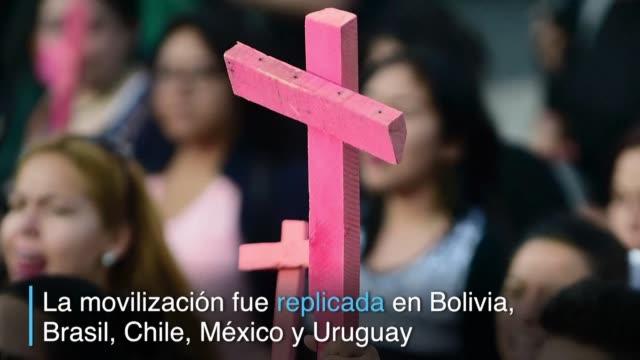 miles de mujeres en argentina bolivia brasil chile mexico y uruguay marcharon el miercoles contra la violencia machista horrorizadas por el brutal... - buenos aires stock videos & royalty-free footage