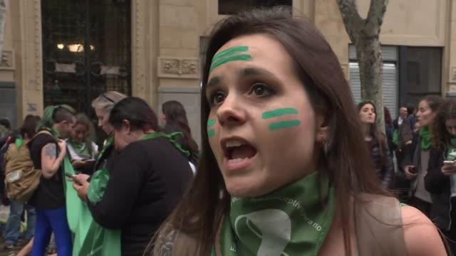 vídeos de stock, filmes e b-roll de miles de mujeres marcharon el viernes en buenos aires y reactivaron la lucha por la legalizacion del aborto en argentina tras el rechazo del senado... - questão da mulher